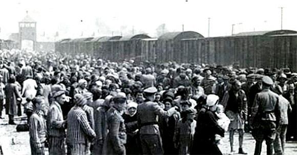 ''Seleção'' de prisioneiros em Auschwitz. Foto: Divulgação.