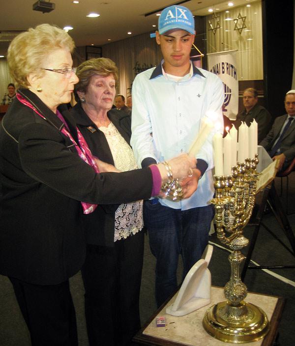 Sobreviventes do Holocausto acenderam velas em memória dos 6 milhões de judeus.