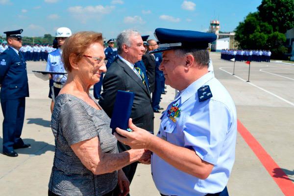Na foto, o Major-Brigadeiro do Ar Luís Roberto do Carmo Lourenço entrega a Medalha a Sra. Rita Rays Smelstein, viúva do Sargento Mauricio Smelstein.