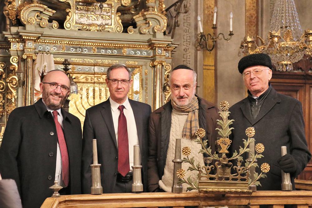 Na histórica sinagoga de Cuneo, da esquerda para a direita: Paolo Eliezer Foa, presidente da Loja B'nai B'rith Milão; Alan Schneider, diretor, B'nai B'rith World Center-Jerusalem; o filho de Enzo Cavaglion, Dr. Alberto Cavaglion; Dario Disegni, presidente do Museu do Judaísmo Italiano e Shoah.
