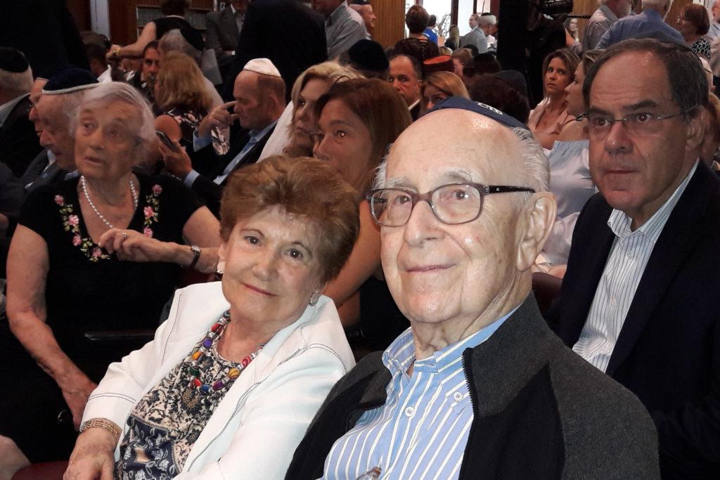 Os sobreviventes Hans Bergmann, presidente da Loja Bandeirantes, e Liliana Rosenthal, pertencente ao mesmo grupo da B'nai B'rith SP, antes do início da cerimônia.