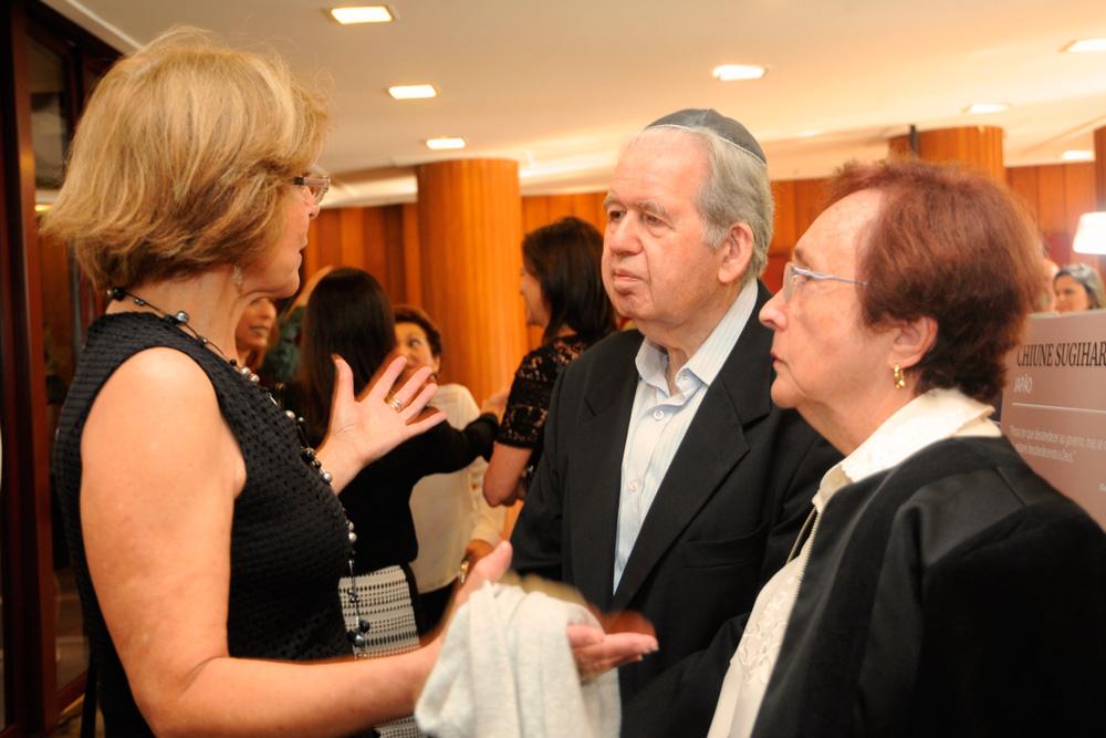 Presidente da B'nai B'rith São Paulo Zeila Sliozbergas, com o casal de sobreviventes Thomas Venetianer e esposa.